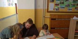 Multigenerační tým při činnosti na jednom ze stanovišť