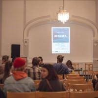 Návštěvníci netrpělivě čekali na začátek promítání filmu Za hranicemi možností