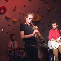 V některých písních kapely hrál na saxofon i Lukáš Horký, který byl jedním z užšího organizačního týmu