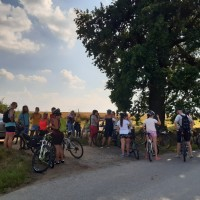 Slavnostního předání lavičky veřejnosti se zúčastnilo mnoho cyklistů i pěších chodců.